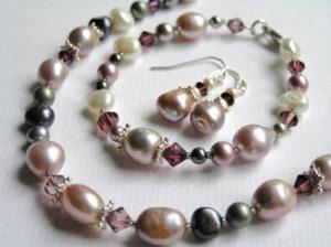 Makeanveden helmistä, Swarovskin kristalleista ja Sterling hopeasta valmistettu korusetti jossa kaulakoru, rannekoru ja korvakorut