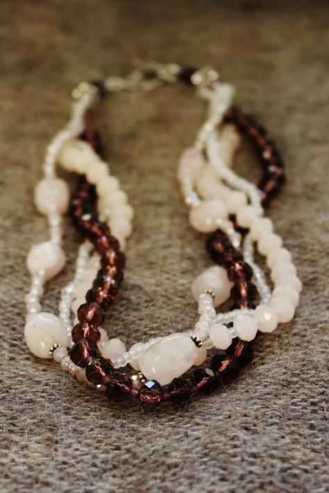 Kaulakorussa ruusukvartsi nugetteja, Balin hopeaa, Swarovskin kristalleja, sekä erilaisia lasihelmiä.