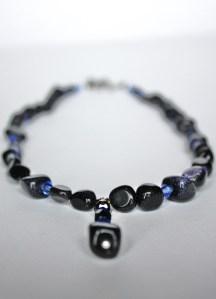 Yönsinisä lapis latzuli-kiveä imitoivia lasihelmiä sekä kristalleja.
